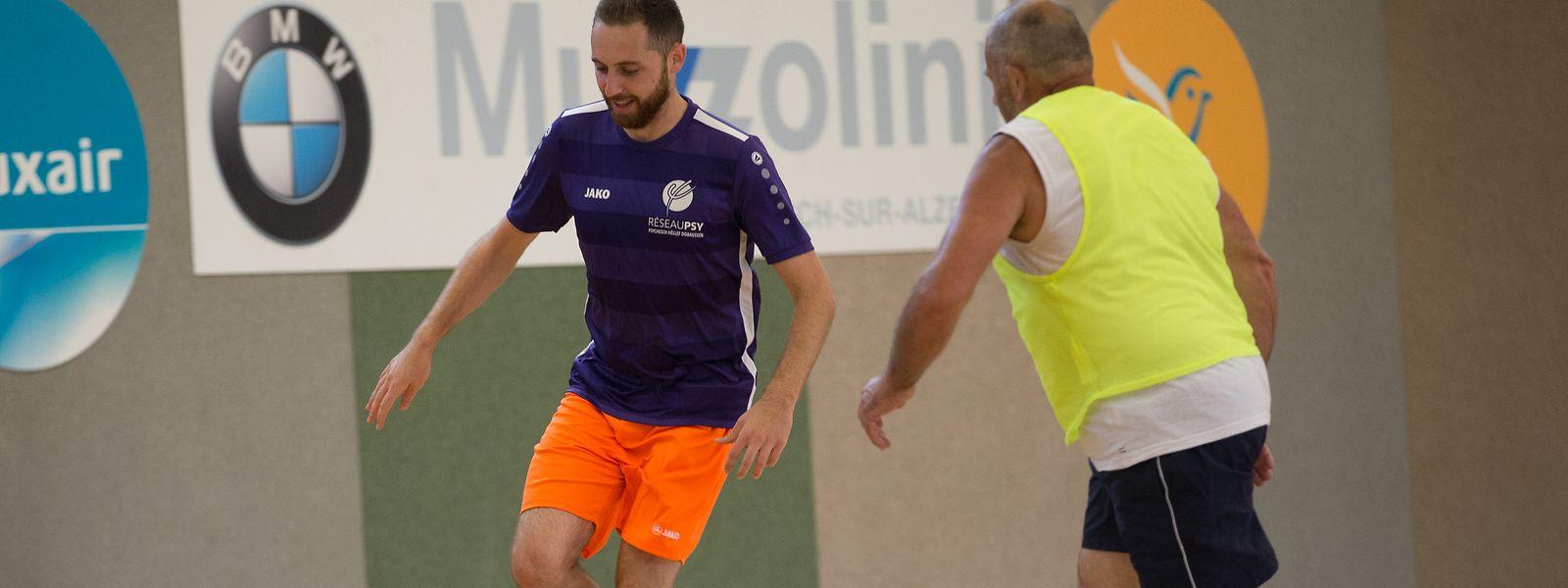Bei dem Turnier bestanden die meisten Mannschaften sowohl aus Menschen mit einer psychischen Erkrankung wie auch aus Pflegepersonal. Hier ist Krankenpfleger Luca Oberhauser beim Fußballspielen zu sehen.