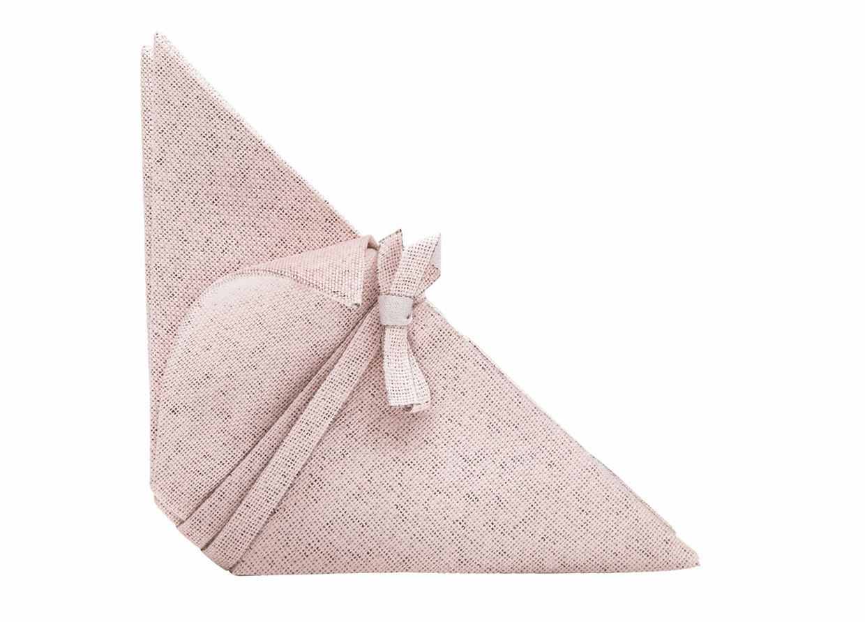 Vorgefaltet in ein handliches Dreieck sind die Servietten der Home-Kollektion von Iittala und Issey Miyake. Selbst beim Waschen sollen die Falten nicht rausgehen.