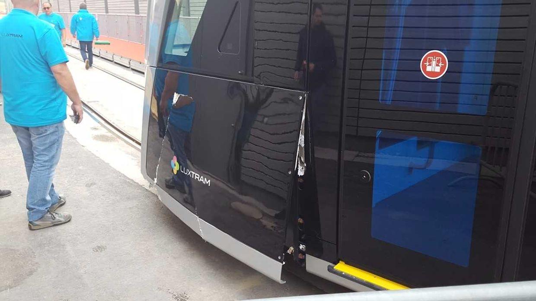 Unglück bei Jungfernfahrt: Tram bleibt am roten Teppich hängen.