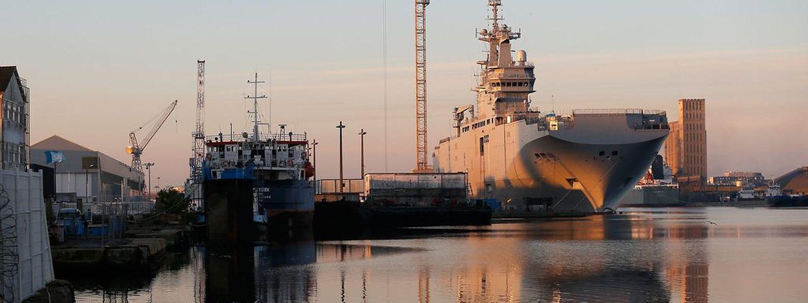 Frankreich liefert einen Hubschrauberträger der Mistral-Klasse vorerst nicht nach Russland aus. Moskau muss sich auf weitere Wirtschaftssanktionen gefasst machen, die unter anderem den Rüstungsbereich betreffen.