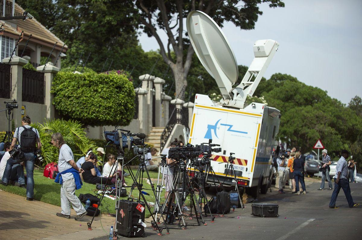 Journalisten belagern die Hofeinfahrt der Villa, in der Pistorius derzeit seinen Hausarrest verbüßt.