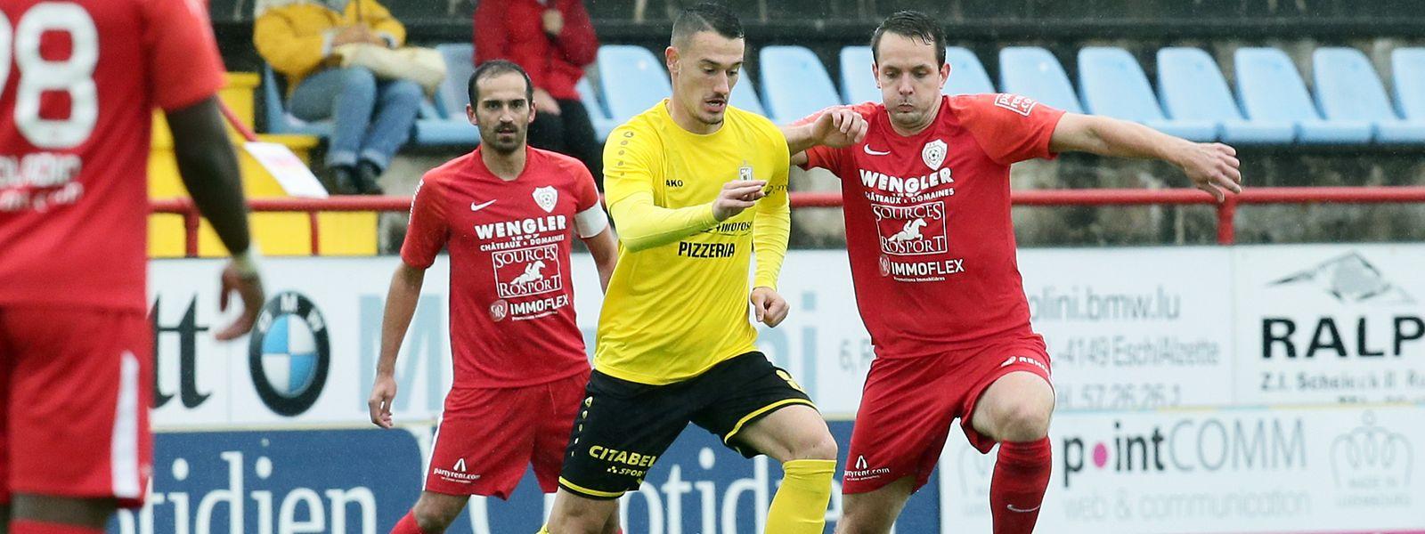 Le Dudelangeois Edvin Muratovic (en jaune) s'extirpe de l'étau rosportois composé de Fabian Breuer et Timo Heinz