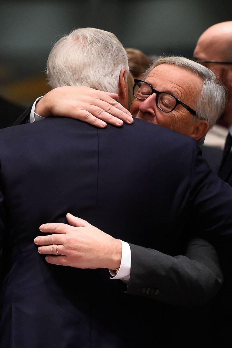 Herzliche Begrüßung zwischen EU-Kommissionspräsident Jean-Claude Juncker und Brexit-Negotiator Michel Barnier.