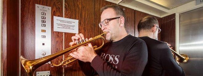Einspielen geht fast überall: Ernie Hammes ist Profi und stimmt sich zur Not auch im Fahrstuhl auf ein Konzert ein.