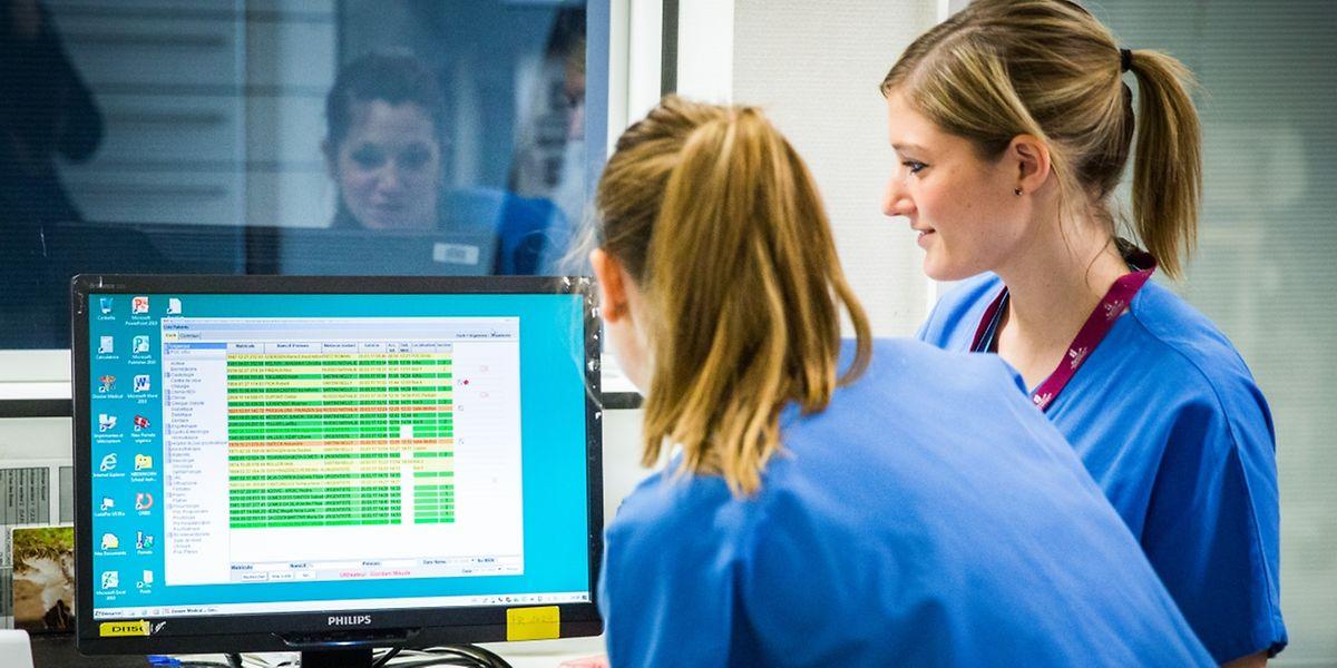 Vom regen Treiben in den Kulissen der Notaufnahme bekommt der Patient im Wartesaal kaum etwas mit.