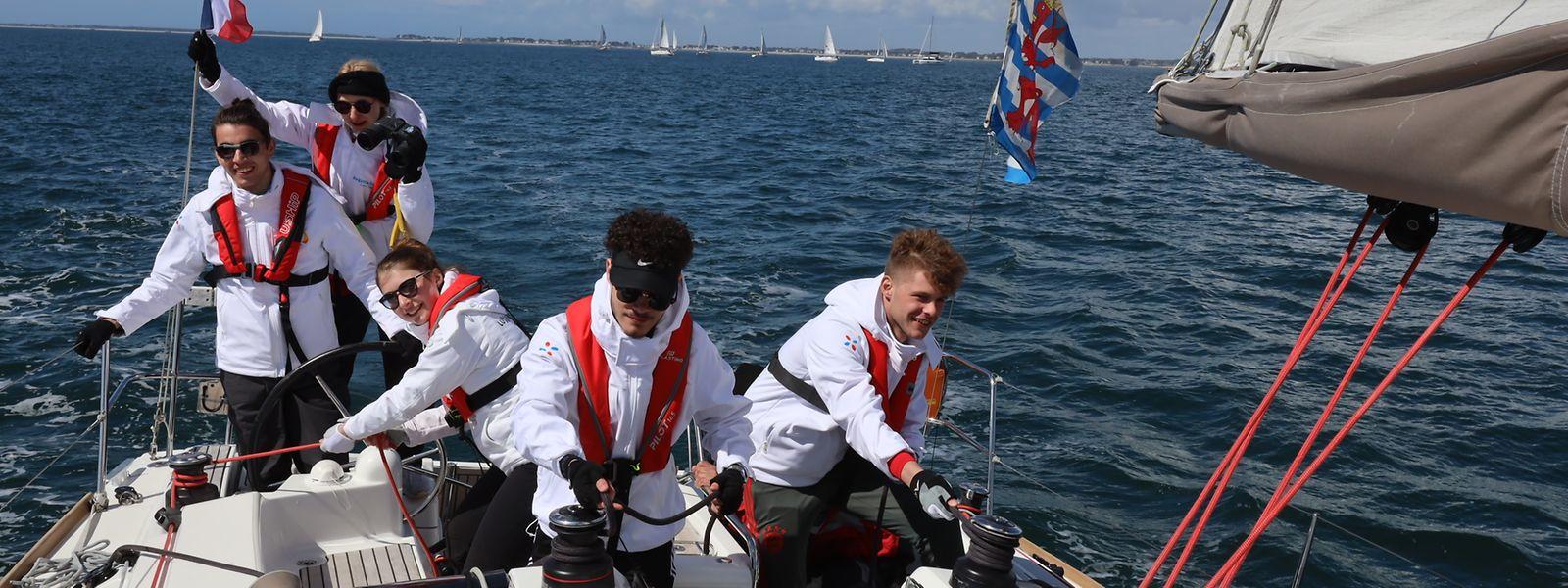 Luxemburger Schülerinnen und Schüler beim Segeln in der Bretagne.