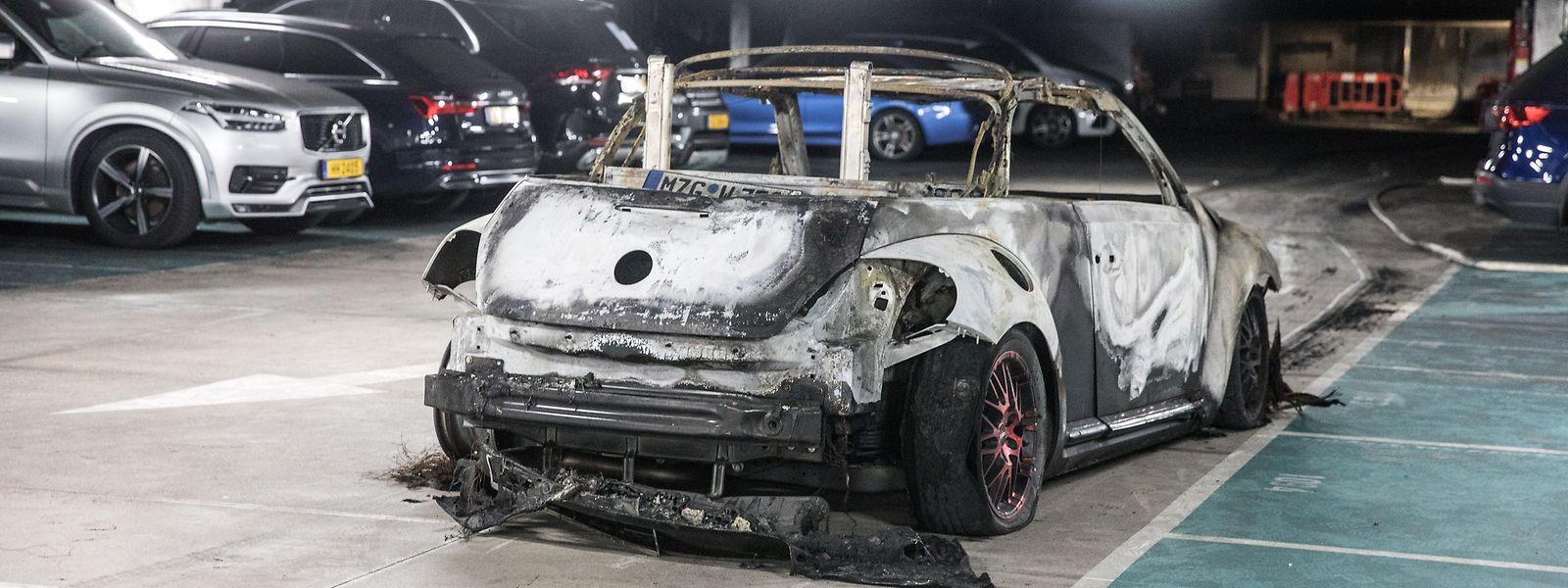 Eines der fünf Fahrzeuge, die bei dem Brand am 9. September völlig zerstört wurden.
