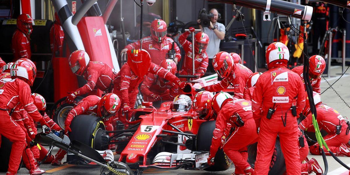 Sebastian Vettel n'a plus de temps à perdre. Lewis Hamilton le talonne au championnat du monde. Suspense total.