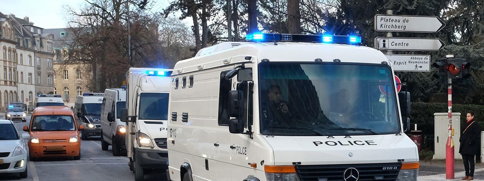 Die 21 Angeklagten werden im Gerichtssaal und auf der Fahrt von und nach Schrassig von zwei Mannschaften von jeweils rund 20 Polizisten bewacht.