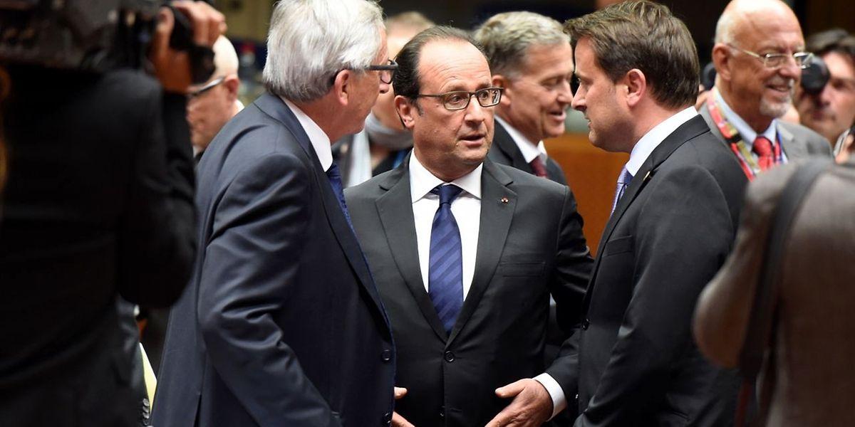 Jean-Claude Juncker (l.), François Hollande (M.) und Xavier Bettel in Brüssel im Gespräch.