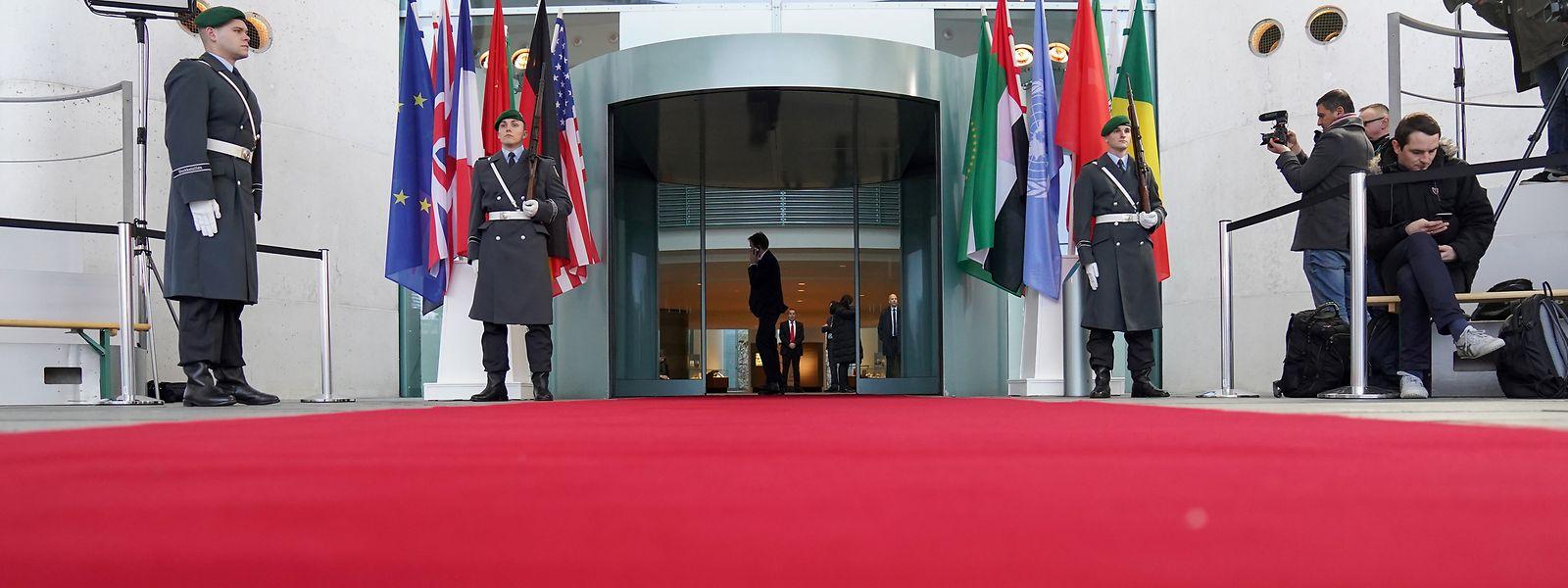 Wachposten der Bundeswehr stehen vor den Flaggen der Teilnehmerstaaten der Libyenkonferenz vor dem Bundeskanzleramt.