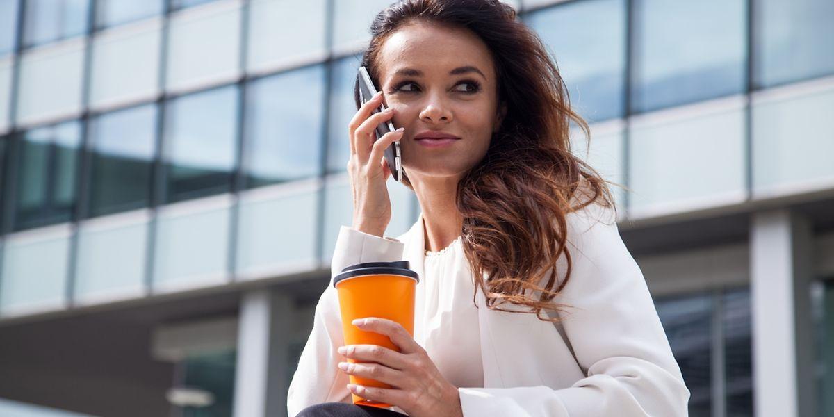 Telefonate am Handy sollten besser nicht zu lange dauern. Ob sich die Strahlung negativ auf die Gesundheit auswirkt, ist aber bisher nicht eindeutig bewiesen.