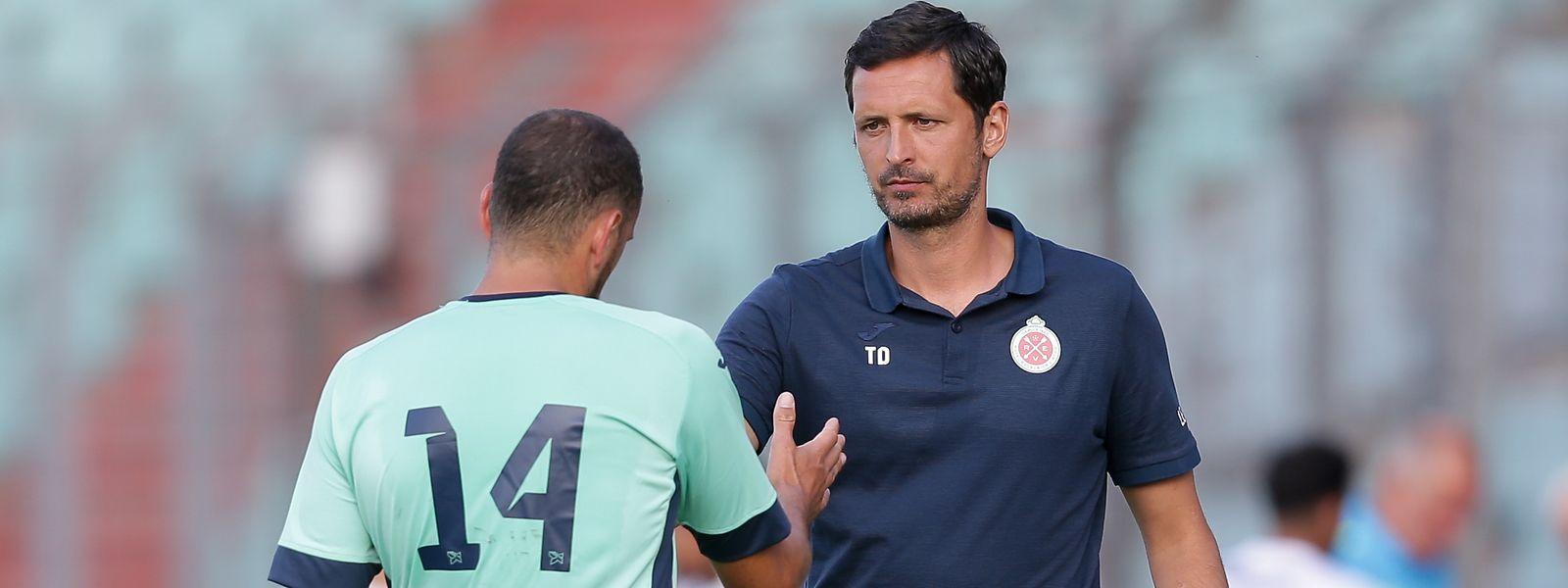 Torschütze Clement Couturier klatscht mit Trainer Dino Toppmöller ab.