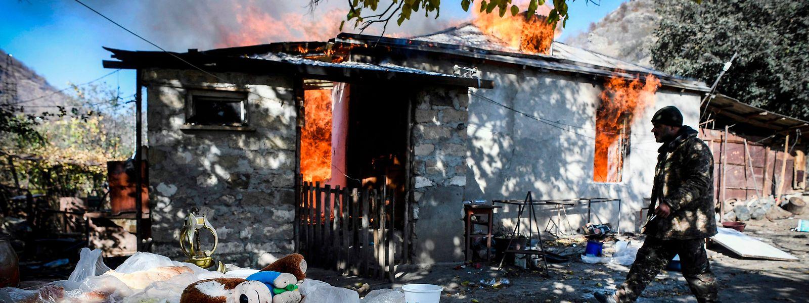 Verbrannte Erde: Viele Armenier, die ihre Heimat infolge des Abkommens verlassen müssen, zünden ihre Häuser an, um dem Feind nichts zu hinterlassen.