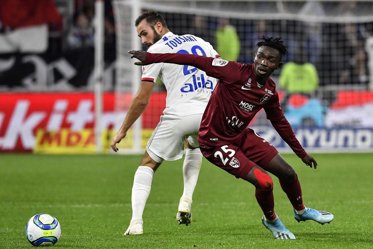 Le Lyonnais Lucas Tousart pris à revers par Adama Traoré.