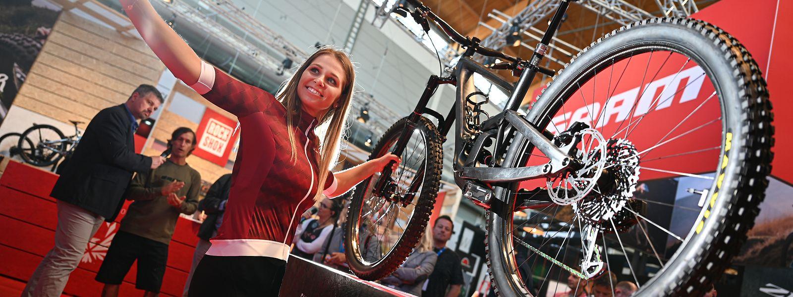 Ein ausgestelltes Mountainbike, das mit der AXS-Technologie des Komponenten-Herstellers Sram ausgestattet ist.