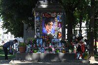 Zwei Frauen schmücken das Michael Jackson-Denkmal am Promenadeplatz vor der Fan-Gedenkfeier zum 10. Todestag von Michael Jackson. Eigentlich ist das Denkmal Orlando di Lasso gewidmet; aber es steht gegenüber dem Hotel, dass Jackson nutzte, wenn er in München zu Gast war.