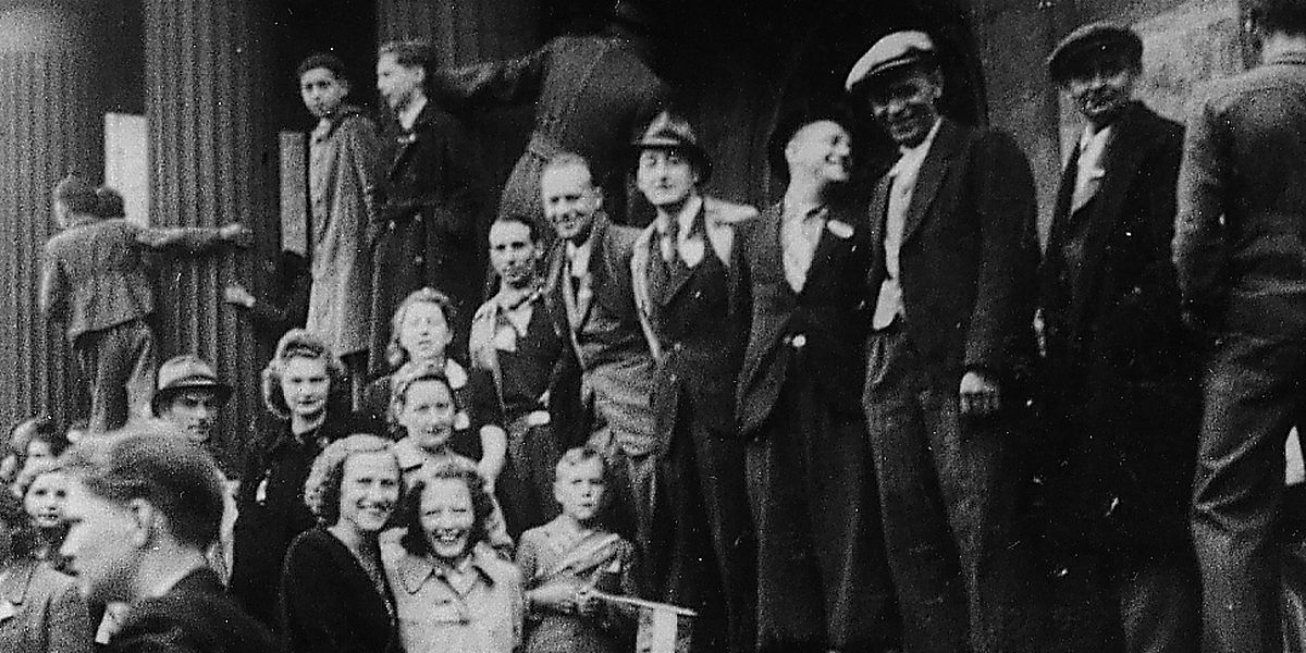 Eines der äußerst seltenen Bilder von den Ereignissen: Am 2. September 1944 erwartete man beim Rathaus die amerikanischen Befreier. Doch es kam anders.