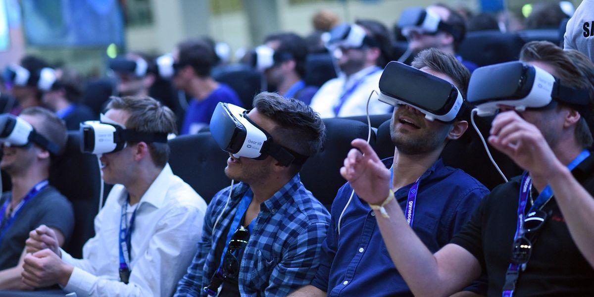 Die Samsung Gear VR ist eine Mischform aus Smartphone-Peripherie und hochwertiger VR-Brille. Wer einneueres Samsung-Galaxy-Smartphone besitzt, kann damit günstig in Virtual Reality einsteigen.
