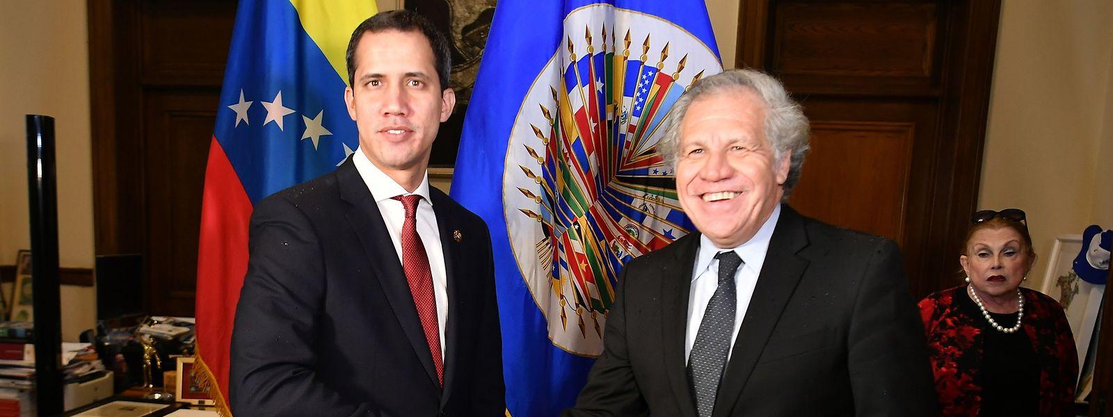 O autoproclamado presidente interino da Venezuela fez recentemente um périplo pelos EUA, Canadá e Europa. Na foto com o secretário-geral Luis Almagro, secretário-geral da Organização dos Estados Americanos (OAS, na sigla inglesa).