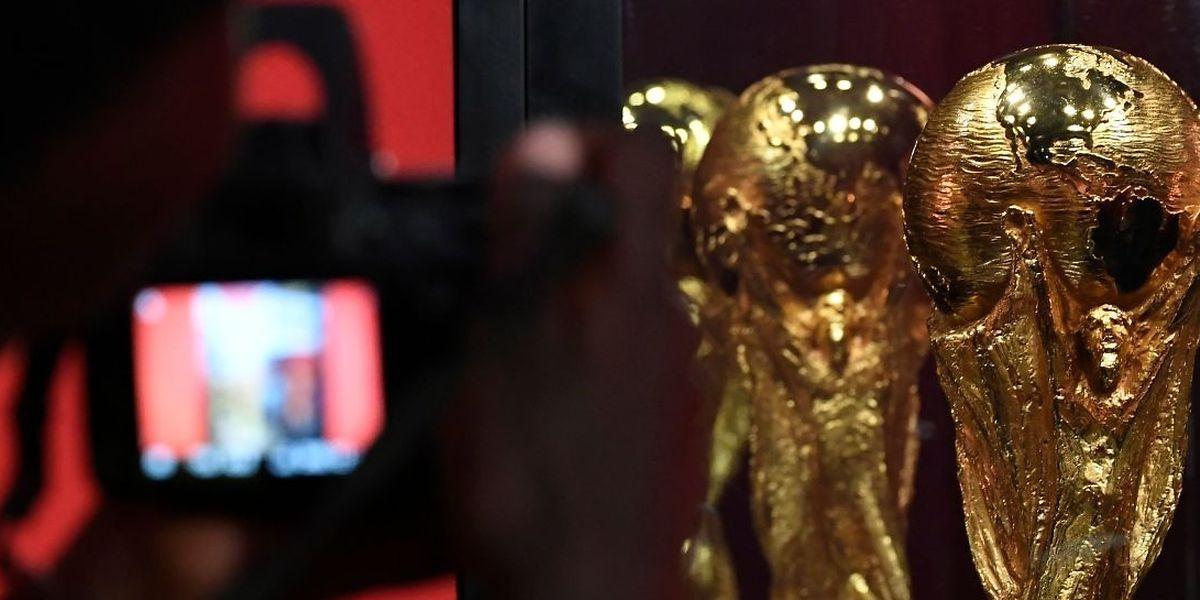 Le trophée continue de voyager pendant que la Russie s'active à cent jours des trois coups!