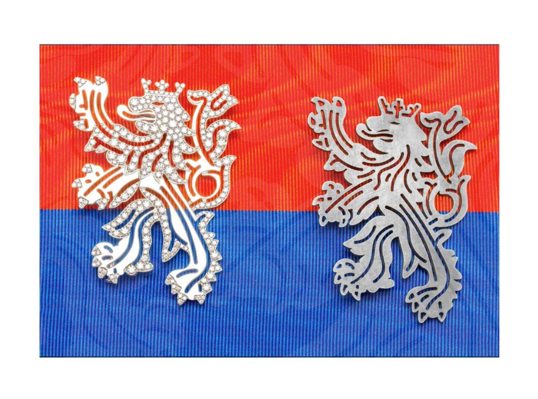 """Links: Brosche """"Leiw"""" von Jacques Schneider aus Weißgold mit Diamantenbesatz, 9.500 Euro; rechts: Brosche """"Leiw"""" aus Silber, 160 Euro."""