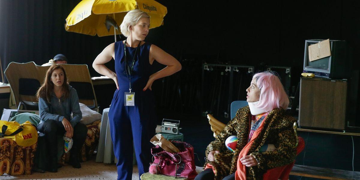Elisabeth Johannesdottir als Regisseurin mit ihren Schauspielern Larisa Faber (l.) und Leila Schaus (r.)