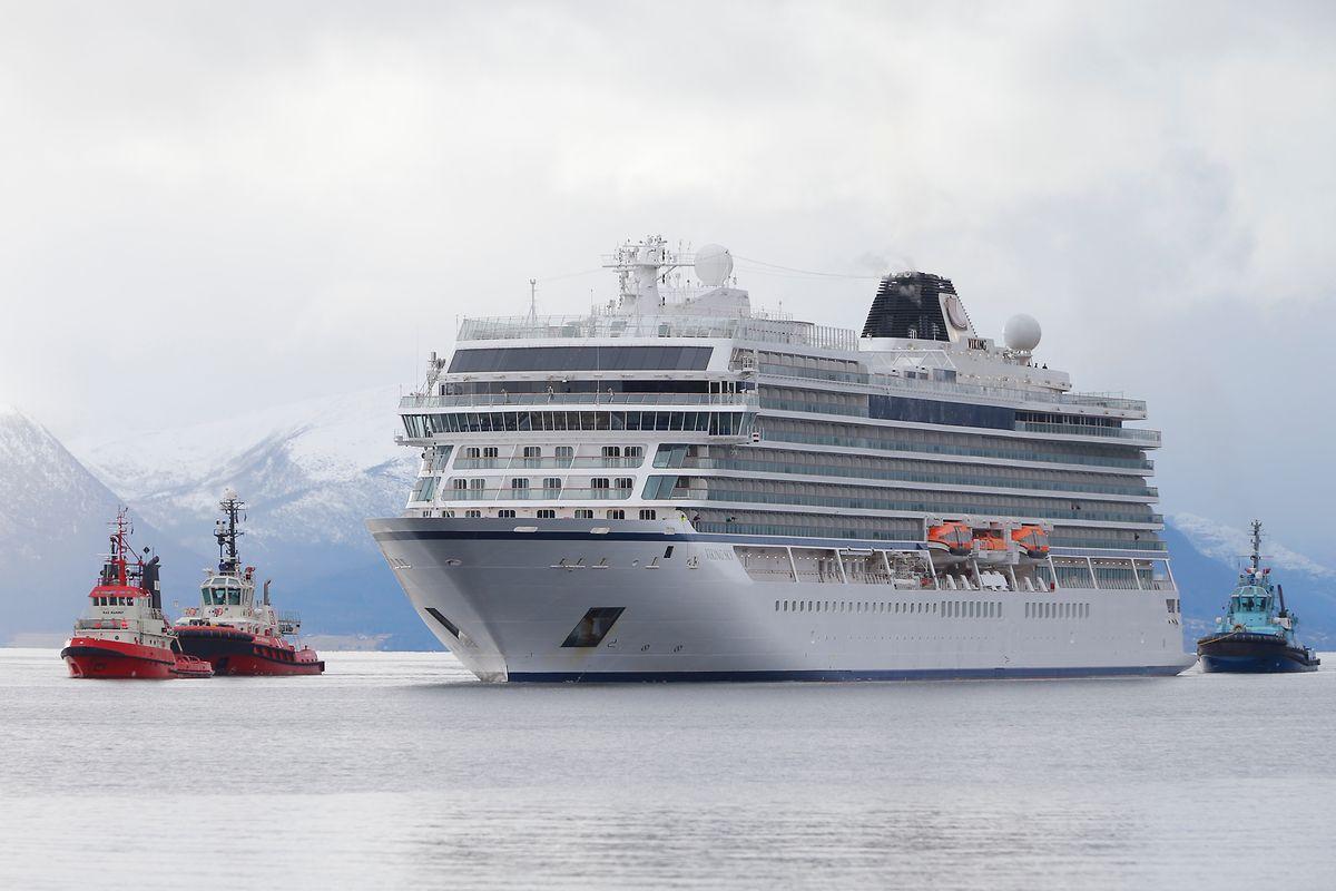Das Kreuzfahrtschiff Viking Sky erreicht den Hafen in der norwegischen Kleinstadt Molde nachdem es auf See in Not geraten war.