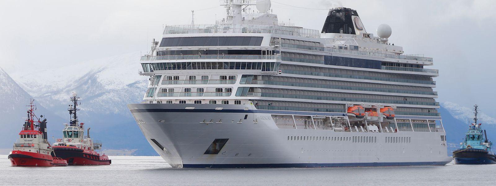 Das Kreuzfahrtschiff Viking Sky erreicht den Hafen in der norwegischen Kleinstadt Molde, nachdem es auf See in Not geraten war.