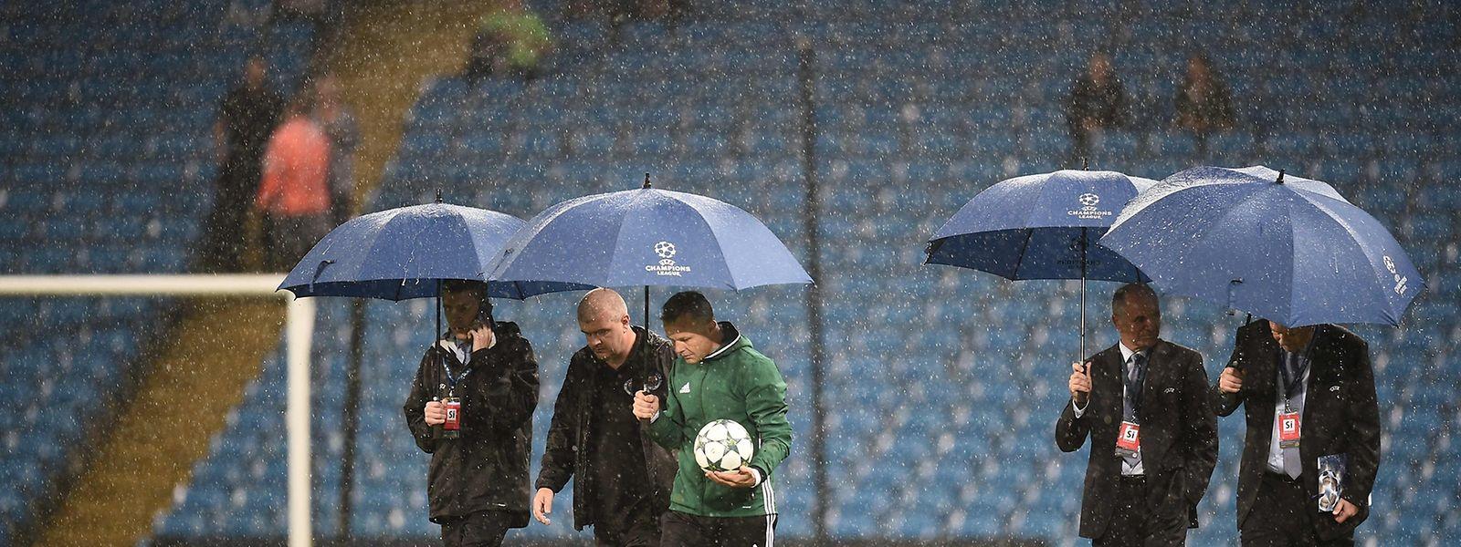 Schiedsrichter Björn Kuipers entschied, dass ein Spiel unter regulären Bedingungen nicht möglich wäre.