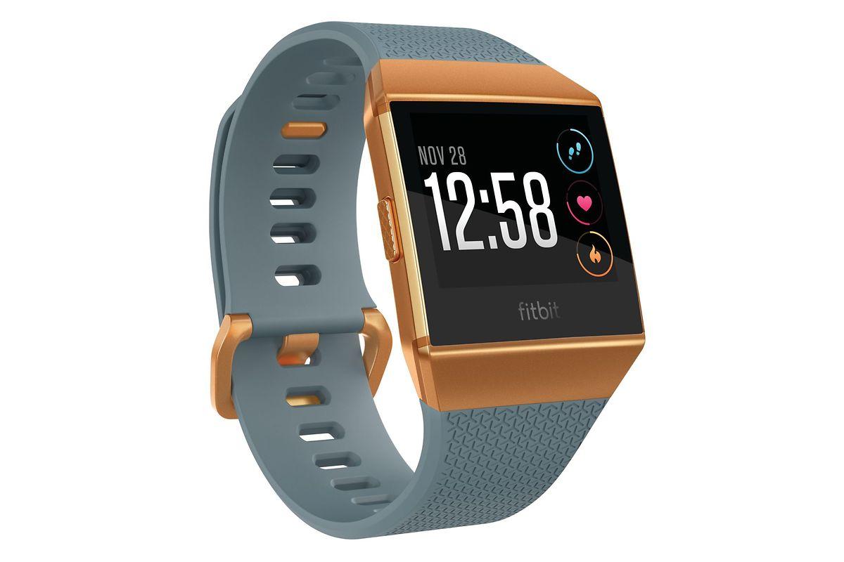 """Fitbits """"Ionic"""" besitzt ein großes Touch-Display mit Anzeige der Trainingseinheiten. Es bietet eine Herzfrequenz- und Schlafüberwachung, ein integriertes GPS und speichert Musik. Die Akkulaufzeit beträgt vier Tage. Preis um 350 Euro."""