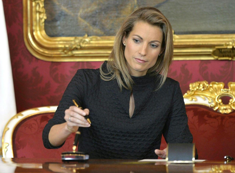 Valerie Hackl, neu ernannte Verkehrsministerin in Österreich, unterzeichnet Dokumente anlässlich ihrer Vereidigung in der Präsidentschaftskanzlei.