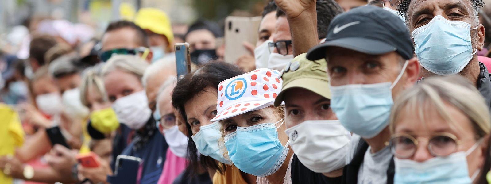 Vor dem Start der ersten Etappe: Die Zuschauer scheinen die Maskenpflicht zu respektieren.