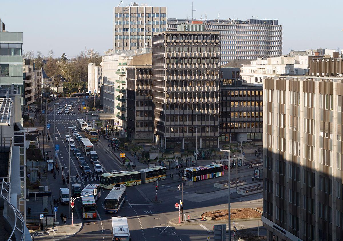 Le boulevard Royal en mars 2014. Le numéro 49 et ses balcons verts se trouvent derrière la tour du Centre Hamilius