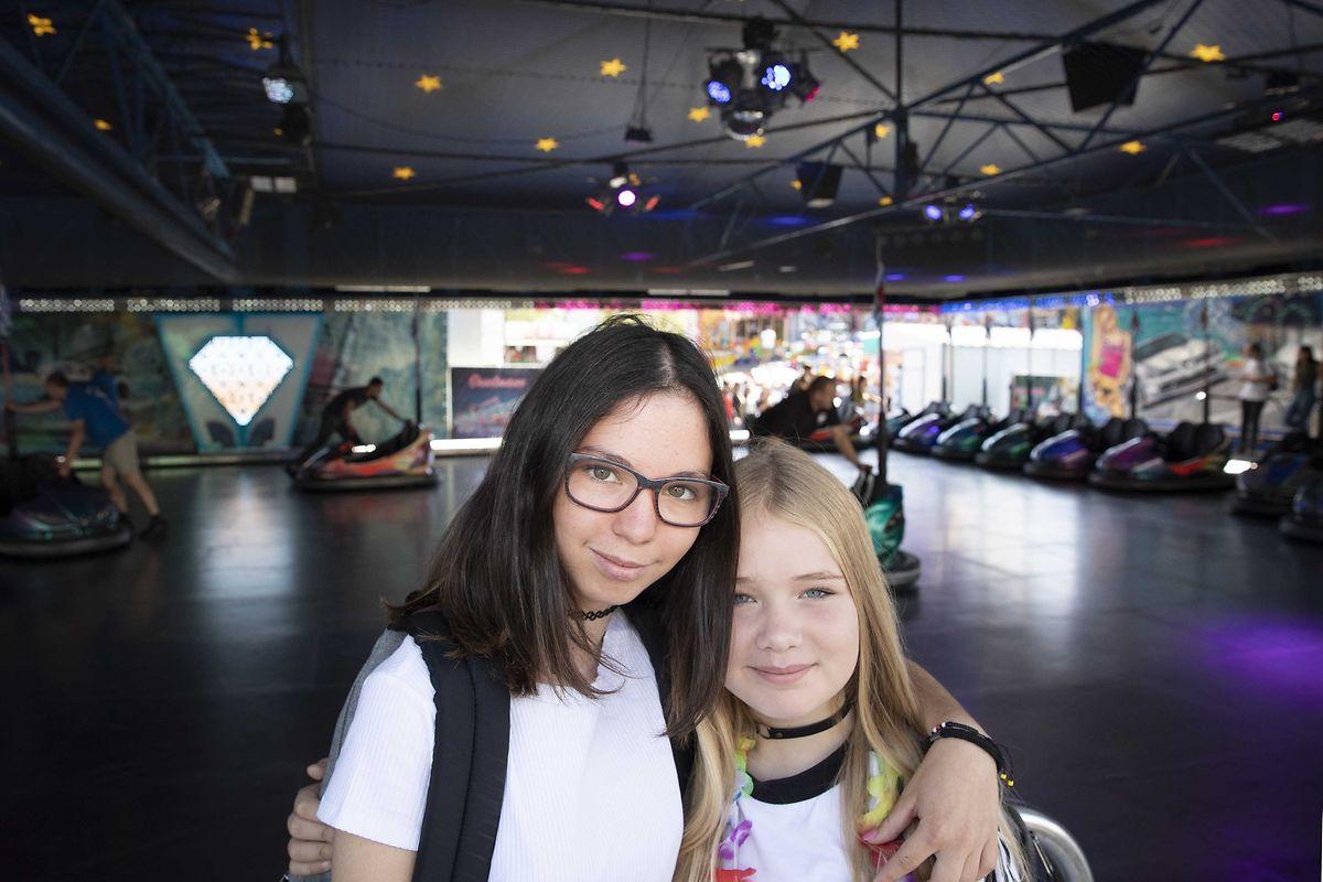 Mila Lefeber und Laura Braun testen gerne die verschiedenen Fahrgeschäfte aus.
