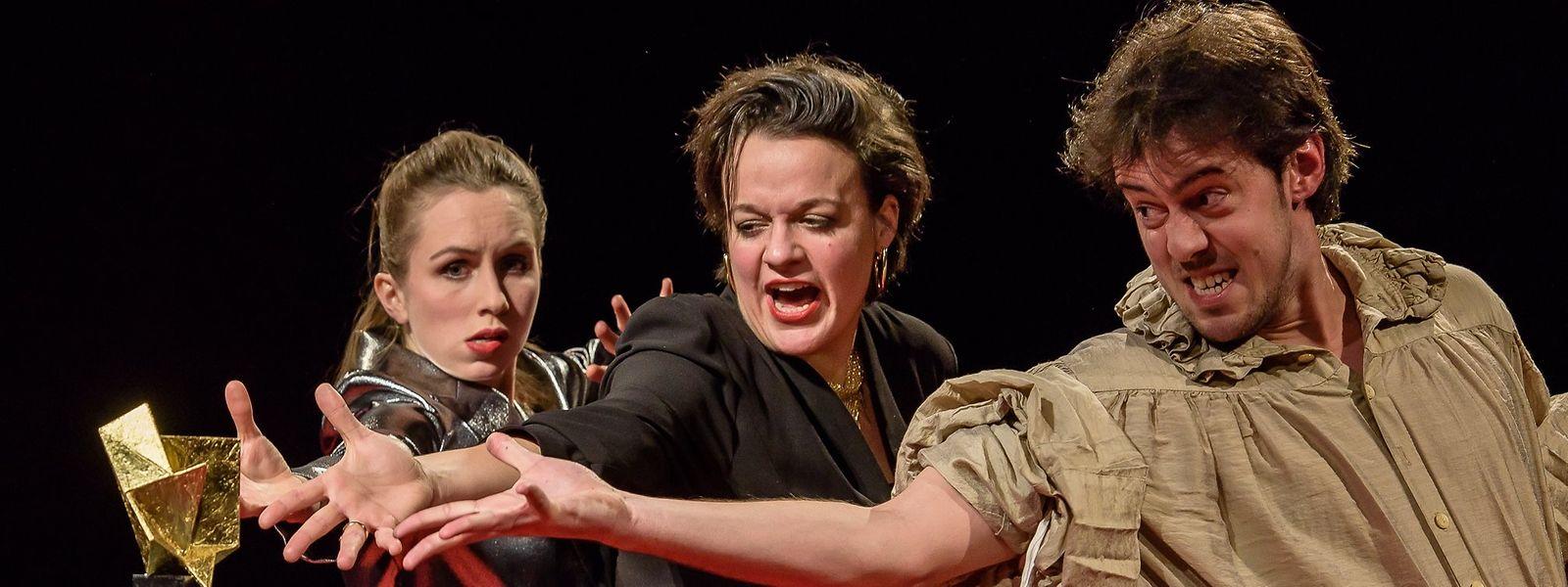 """Eine absurde Statue, ein Klumpen Gold, für den Film """"Klumpenapokalypse"""". Der Preis verhindert nicht, dass die drei Schauspieler endlos jammern: Eugénie Anselin, Anouk Wagener und Dominik Raneburger (v.l.n.r.)."""