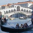 """Ein Protestbanner mit dem Wort """"Venexodus"""" hängt an der Rialtobrücke. Bewohner der Lagunenstadt protestieren damit gegen die zunehmende Zahl von Touristen, die Venedig besuchen."""