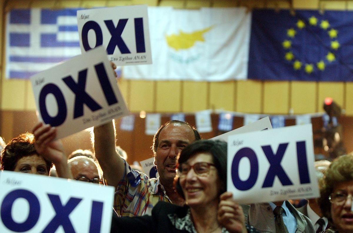 """""""Nein"""" zum Annanplan lautete die Parole bei einem Treffen der griechisch-zypriotischen Regierungspartei kurz vor dem entscheidenden Referendum im April 2004."""