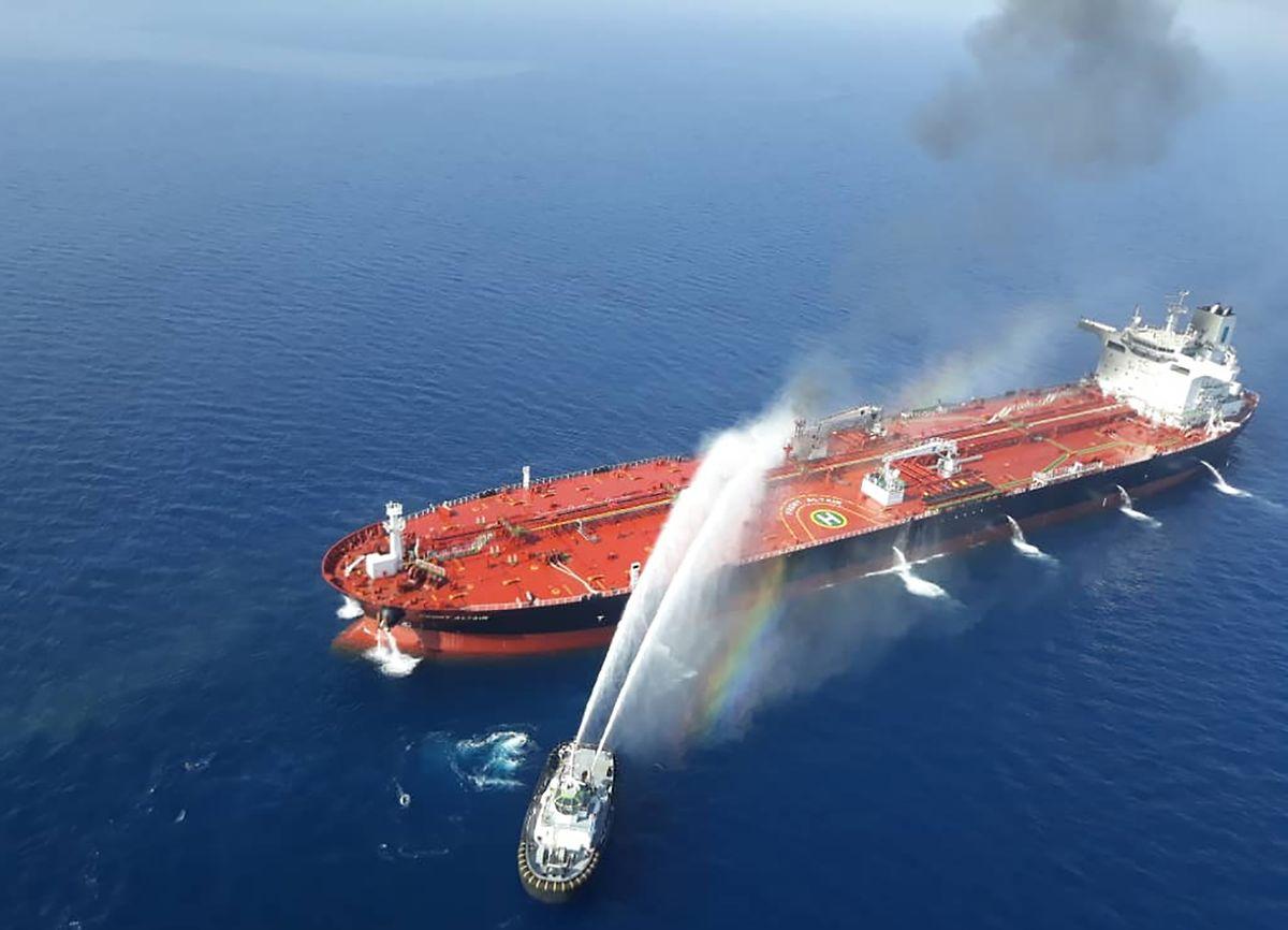 "Löscharbeiten an dem norwegischen Tanker ""Front Altair""."