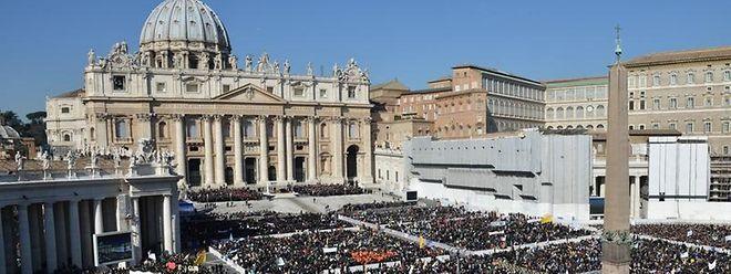 Tausende Pilger aus der ganzen Welt stehen am 27. Februar im Vatikan zur Generalaudienz auf dem Petersplatz.
