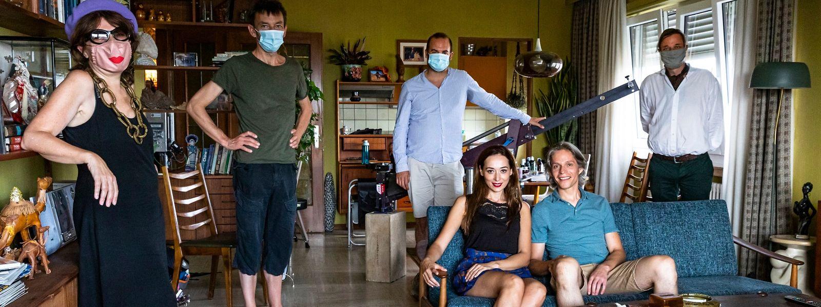 Assis sur le canapé, les acteurs Pooneh Hajimohammadi et Felipe Castro («Une histoire provisoire», coproduit par Amour Fou Films) sont les seuls à ne pas devoir porter de masque. Photo: Ricardo Vaz Palma