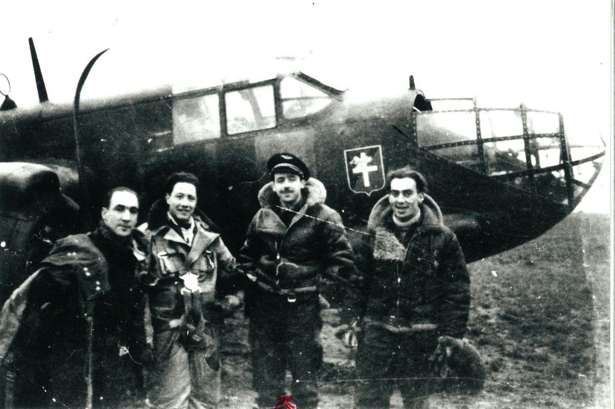 Jean-Bernard Ney (2º a contar da direita) foi o primeiro navegador de um esquadrão aéreo cuja missão era proteger os Aliados que saltavam de pára-quedas na praia de Omaha