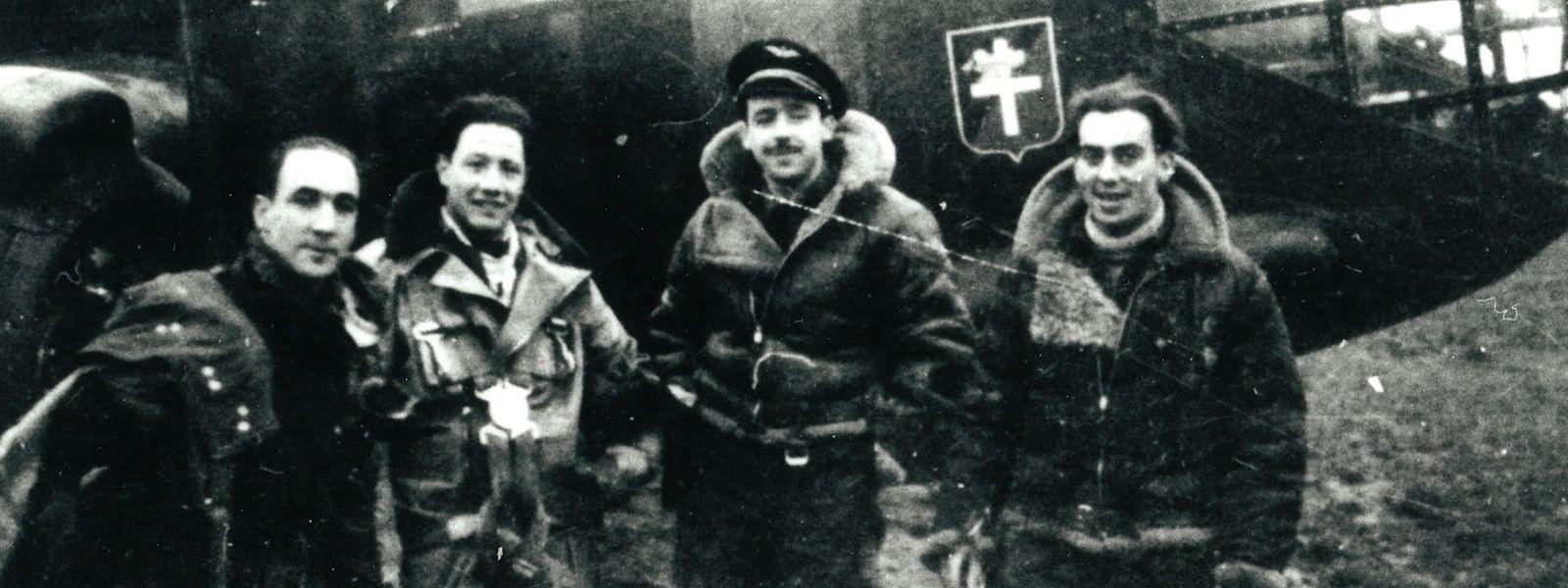 Jean-Bernard Ney (2.v.r.) war der führende Navigator eines Flugzeuggeschwaders, das zur Aufgabe hatte, einen Nebelschutz über den Sektor der Omaha Beach zu legen, um so die Landung der Alliierten zu verbergen.