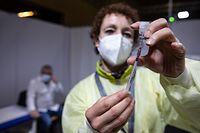 Begehrte Spritze: Ein Mann wartet in der Victor-Hugo-Halle auf die Corona-Schutzimpfung.