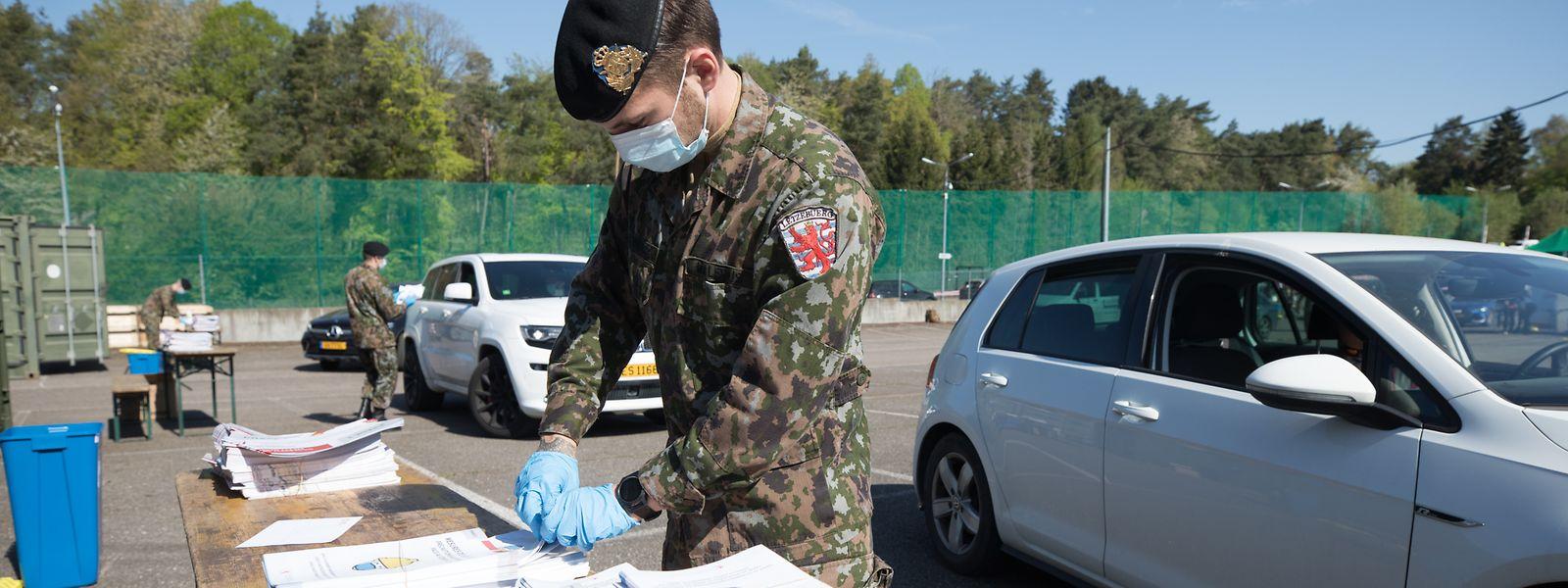 Plus de 200 soldats mais aussi des collaborateurs de POST distribuent des milliers de masques aux frontaliers chaque jour en douze lieux du pays.