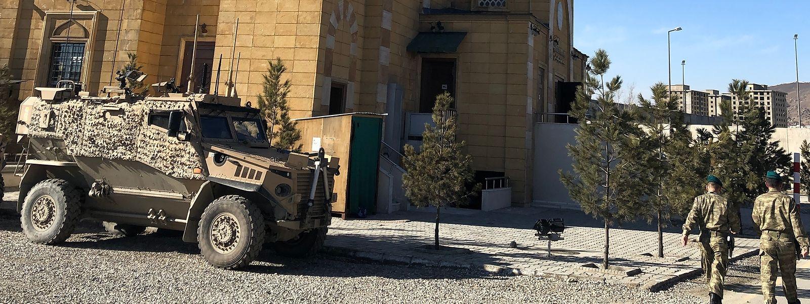 Cohabitation délicate: une mosquée et des blindés dans un camp de Kaboul sous commandement turc.