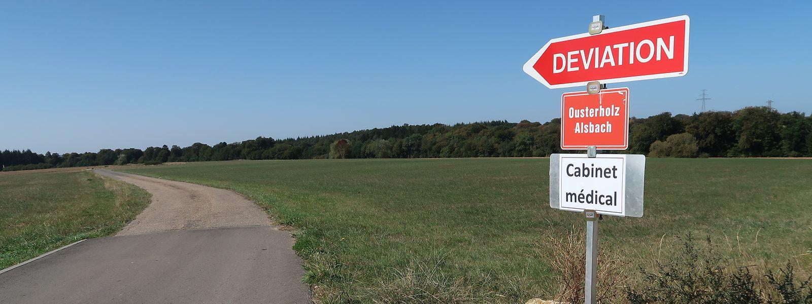 Die ausgeschilderte Umleitung führt fernab des Dorfes über einen schmalen, unbeleuchteten Weg. Theoretisch galt sie bis Anfang der Woche auch für Fußgänger.