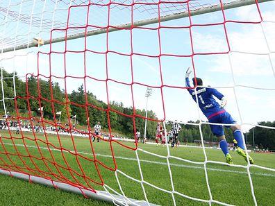 21 Fussball BGL Ligue 2015-16 zwischen dem CS FOLA Esch und der AS Jeunesse Esch am 13.09.2015 Samir HADJI (15 FOLA) Schuss gegen Marc OBERWEIS (1 ASJ) zum zweiten Fola Tor