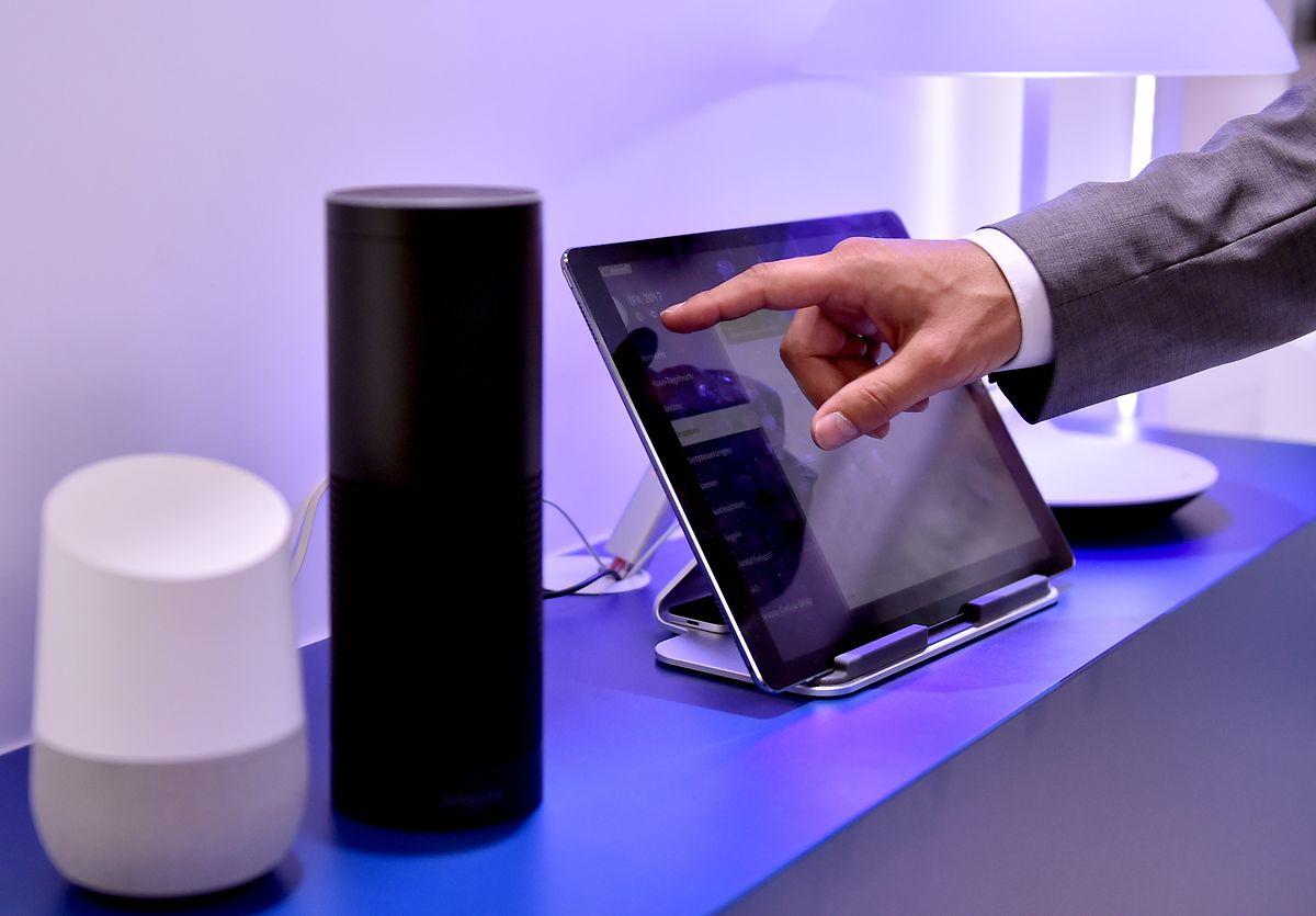 Die Lautsprecher Google Assistant und Amazon Echo, ausgestattet mit der Sprachassistentin Alexa.