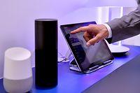 """ARCHIV - 01.09.2017, Berlin: Die Lautsprecher Google Assistant und Amazon Echo, ausgestattet mit der Sprachassistentin Alexa, stehen auf der Internationalen Funkausstellung IFA. (zu dpa """"Amazon: Mehr als hundert Millionen Geräte mit Alexa verkauft"""" am 05.01.2019) Foto: Britta Pedersen/ZB/dpa +++ dpa-Bildfunk +++"""